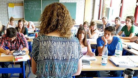 Eine Lehrerin unterrichtet eine Schulklasse. © picturedesk Foto: Rainer Unkel