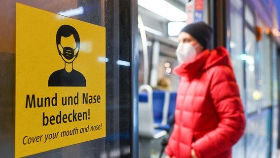 Ein Fahrgast mit FFP2-Schutzmaske steigt in eine Bahn ein © dpa/picture-alliance Foto: Tobias Hase