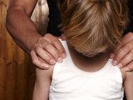Ein Mann legt einem Jungen die Hände auf die Schultern. © picture alliance / ANP Fotograf: Roos Koole