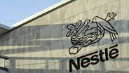 Das Logo des Nahrungsmittelkonzerns Nestlé am Hauptsitz des Unternehmens in Vevey (Schweiz). © picture alliance / dpa Foto: Laurent Gillieron