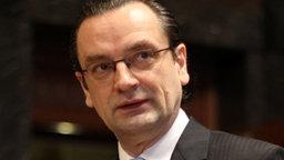 HSH-Nordbank-Chef Dirk Jens Nonnenmacher kurz vor der Befragung durch den Unterschungsausschuss © dpa
