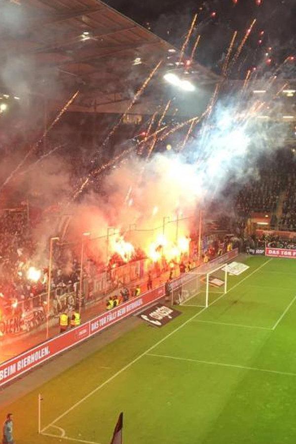 Pyro beim Hamburg-Derby: Streit um Strafe