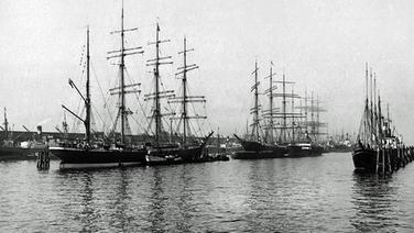 "Die Großsegler ""Priwall"", Padua"" und ""Peking"" 1928 im Hamburger Hafen. © akg"