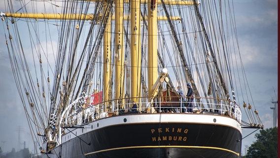 Die Peking wird beim Einlaufen in den Hamburger Hafen. © picture alliance/Axel Heimken/dpa Foto: Axel Heimken