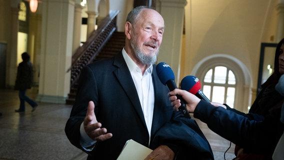 Stutthof-Prozess: Überlebender umarmt ehemaligen KZ-Wachmann vor Gericht