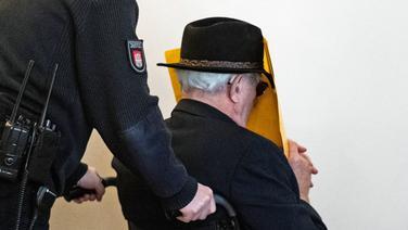 Ein angeklagter 93-Jähriger wird in Hamburg aus dem Gerichtssaal gefahren. Der ehemalige SS-Wachmann ist wegen Beihilfe zum Mord in 5.230 Fällen angeklagt. | picture alliance / dpa