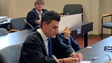 Ein Angeklagter sitzt neben seinem Verteidiger im Hamburger Landgericht. | NDR