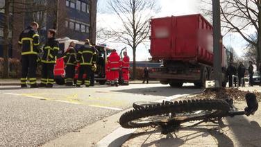 Rad liegt nach einem Unfall mit einem Lkw auf der Straße. | NDR 90,3