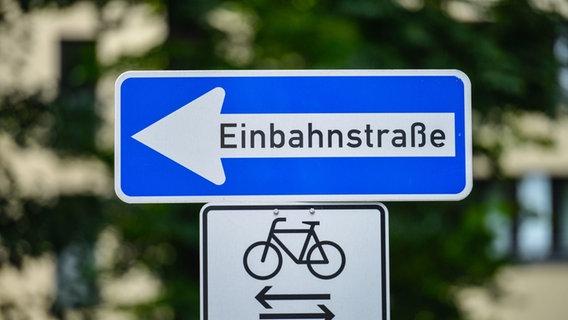 Straßenschilder, die den Radverkehr in einer Einbahnstraße in beide Richtungen erlauben. © picture alliance / Bildagentur-online/Joko Foto: Bildagentur-online/Joko