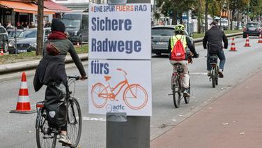 Radfahrer fahren während einer Pop-up Radwegaktion des Allgemeinen Deutschen Fahrrad-Clubs (ADFC) auf einer zeitlich begrenzt für sie reservierten Spur der Reeperbahn. | picture alliance / dpa