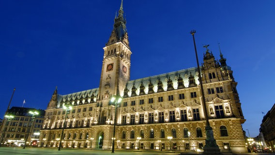 Das Hamburger Rathaus am Abend. © picture alliance/imageBROKER Foto: Christian Ohde