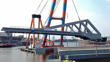 """Der Schwimmkran """"Samson"""" hebt in Hamburg eine riesige Klappe für die neue Rethebrücke. © HPA"""