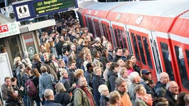 Bahnreisende am Hamburger Hauptbahnhof © picture-alliance/dpa Foto: Bodo Marks