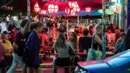 Menschen sitzen in der Schanze und genießen einen Sommerabend. © picture alliance/dpa Foto: Markus Scholz