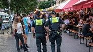 Polizisten gehen im Schanzenviertel durch das Schulterblatt. © picture alliance/dpa Foto: Daniel Bockwoldt