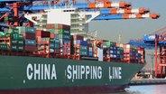 Un cargo de la China Shipping Line dans le port de Hambourg. Photo: Fritz Rust