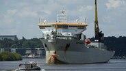 """Der Schiffsbagger """"Bartolomeus Dias"""", der Hafenschlick aus dem Hamburger Hafen ausbaggert, fährt auf der Elbe. © dpa Fotograf: Axel Heimken"""