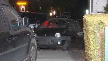 Ein Renault Twingo ist eingekesselt von mehreren Fahrzeugen | Screenshot