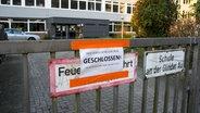 Un panneau est suspendu devant l'école de Glinder Au à Hambourg-Billstedt. © René Schröder Photo: René Schröder
