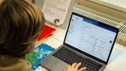Ein Junge löst am Computer in seinem Kinderzimmer Aufgaben, die ihm seine Lehrer geschickt haben. © picture alliance/dpa Foto: Ulrich Perrey