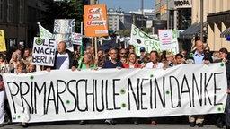Gegner der Hamburger Schulreform ziehen mit Protestplakaten durch die Innenstadt. © dpa-bildfunk Foto: Bodo Marks