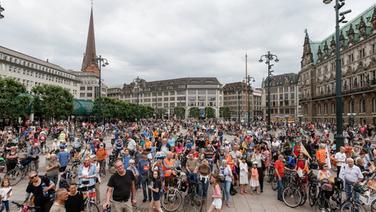 Tausende Radfahrer treffen sich zur Abschlusskundgebung der 25. Fahrradsternfahrt am Rathausmarkt | dpa Bildfunk