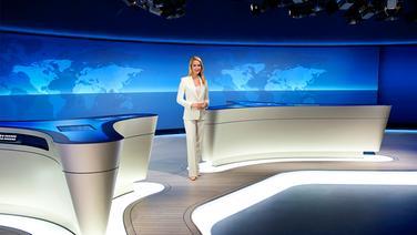 Judith Rakers steht im neuen Tagesschau-Studio. © NDR Foto: Thorsten Jander