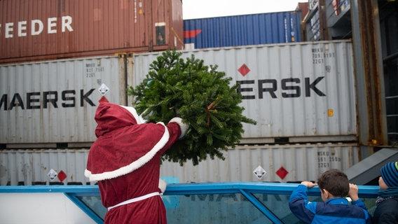 Hamburg Tannenbaum.Weihnachtsmann Beschenkt Seeleute Mit Tannen Ndr De Nachrichten