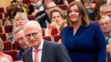 Peter Tschentscher und Katharina Fegebank kommen zum ersten Wahlduell zur Bürgerschaftswahl ins Helmut-Schmidt-Auditorium der Bucerius Law School eine Treppe herunter. | picture alliance/dpa