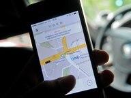 Auf einem Smartphone ist die App des Fahrdienstvermittlers Uber zu sehen © dpa Fotograf: Britta Pedersen