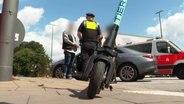 E-Scooter-Fahrerin kollidiert mit Pkw