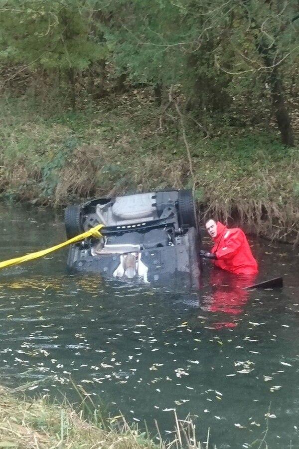 Auto stürzt ins Wasser - Zwei Tote
