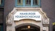 Der Eingang der Hamburger Volkshochschule © picture alliance/Daniel Reinhardt/dpa Foto: Daniel Reinhardt