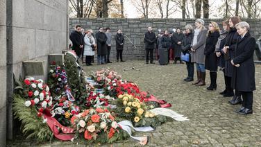 Niederlegung eines Gedenkkranzes am Volkstrauertag in der KZ-Gedenkstätte Neuengamme. | picture-alliance/dpa