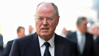 Der ehemalige Bundesfinanzminister Peer Steinbrück kommt zur Trauerfeier für Hamburgs verstorbenen Ex-Bürgermeister Henning Voscherau. © dpa Fotograf: Daniel Reinhardt