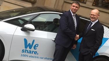Jürgen Rittersberger (l), Leiter des Generalsekretariats und der Konzernstrategie der Volkswagen AG, und Michael Westhagemann (parteilos), Senator für Wirtschaft, Verkehr und Innovation in Hamburg, stehen vor einem elektrisch angetriebenen ID.3 des Carsharing-Dienstes