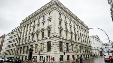 Passanten gehen am Bankhaus M.M.Warburg & CO vorbei. © picture alliance/dpa Foto: Axel Heimken