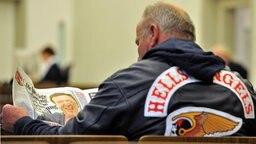 """Ein Mitglied der Rockergruppe """"Hells Angels"""" liest eine """"Bild""""-Zeitung. © dpa - Bildfunk Fotograf: Harald Tittelpool"""
