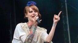 """Sängerin Jennifer von der Band """"Jennifer Rostock"""" beim """"Hurricane""""-Festival in Scheeßel. © dpa - Bildfunk Foto: Carmen Jaspersen"""