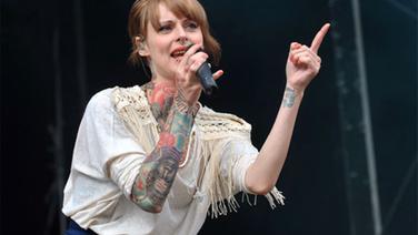 """Sängerin Jennifer von der Band """"Jennifer Rostock"""" beim """"Hurricane""""-Festival in Scheeßel. © dpa - Bildfunk Fotograf: Carmen Jaspersen"""