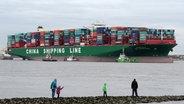 "Schaulustige an der Elbe vor dem Containerschiff ""CSCL Indian Ocean"". © dpa Fotograf: Daniel Bockwoldt"