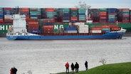 """Ein Feederschiff fährt auf der Elbe an dem gestrandete Containerschiff """"CSCL Indian Ocean"""" vorbei. © dpa Fotograf: Daniel Bockwoldt"""