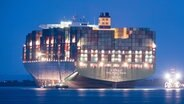"""Das beleuchtete Containerschiff """"CSCL Indian Ocean"""" liegt bei Nacht in der Elbe auf Grund. © dpa Fotograf: Daniel Bockwoldt"""