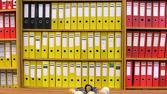 Ordner und Stempel in einer Behörde © dpa
