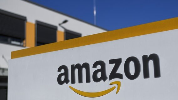 Das Logo von Amazon am Logistikzentrum in Dortmund. © picture alliance/Ina Fassbender/dpa Foto: Ina Fassbender