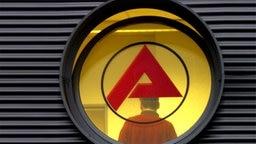 Scheibe mit dem Logo der Bundesagentur für Arbeit © Franz-Peter Tschauner/dpa- Bildfunk Foto: Franz-Peter Tschauner