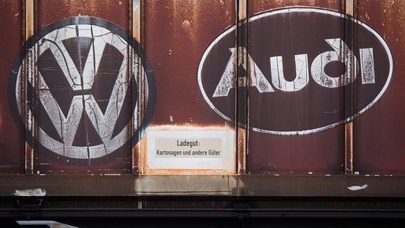Die Logos von Volkswagen und Audi auf einem Container gedruckt. © dpa Foto: Julian Stratenschulte
