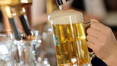 Ein gezapftes Bier © dpa - Report Foto: Ralf Hirschberger