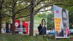 Wahlplakate der Union mit Armin Laschet, der SPD mit Olaf Scholz, von Bündnis 90/Die Grünen mit Annalena Baerbock und der FDP mit Christian Lindner stehen einen Tag nach der Bundestagswahl in einer Reihe.