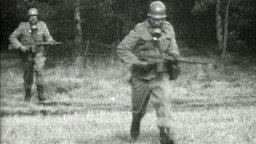 Auf einem Schwarz-Weiß-Foto sind zwei Bundeswehrsoldaten zu sehen, die Gasmasken tragen. © ZDF-Magazin
